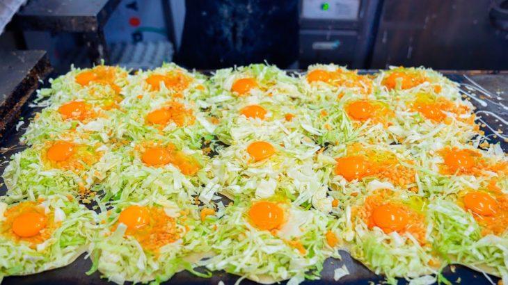 【Cheap Japanese food】 1 $ okonomiyaki (vegetable pancake) in Osaka, Japan.